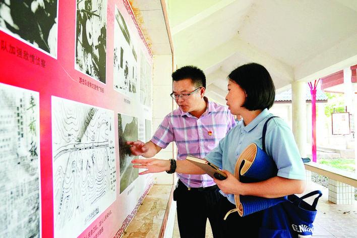 记者在了解粤赣湘边纵队战斗足迹。